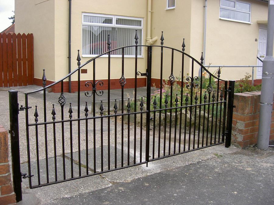 Driveway gate builder express gates wrought iron gates for Aluminum gates for driveways